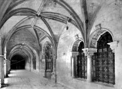 Ancienne abbaye royale de Fontevraud, actuellement centre culturel de l'Ouest - Cloître du Grand-Moûtier : Vue intérieure de la galerie est et entrée de la salle capitulaire