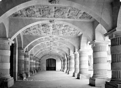 Hôtel de ville - Cour intérieure : Vue intérieure de la galerie d'arcades du rez-de-chaussée