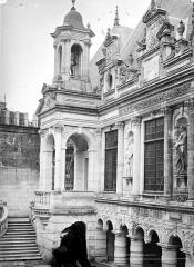 Hôtel de ville - Cour intérieure : Escalier et campanile