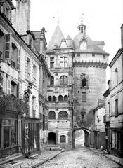 Hôtel de ville et Porte Picoys - Façade et porte de ville prises d'une rue, côté est