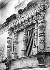 Maison dite des Trois Nourrices - Façade sur rue : Encadrement de fenêtre sculpté