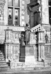 Hôtel Groslot, actuellement Hôtel de ville - Pavillon central : Statue de Jeanne d'Arc en prière, près de l'escalier de l'entrée