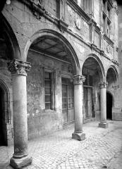 Maison dite d'Agnès Sorel ou Hôtel Euverte-Hatte, actuellement Centre Charles Péguy - Cour intérieure : Galerie d'arcades du rez-de-chaussée