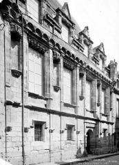 Ancien hôtel de ville ou hôtel des Créneaux, ancien Musée des Beaux-Arts et Sciences naturelles, actuellement annexe du Conservatoire municipal de musique - Façade sur rue