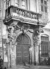 Ancien Hôtel de ville, actuellement office de tourisme - Façade sur rue : Portail
