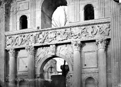 Château - Grand portail, au sud : Linteau avec frise sculptée