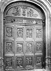 Eglise Saint-Veran - Porte en bois à vantaux sculptés