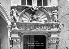 Maison Dupré-Latour - Porte de l'escalier : Entablement