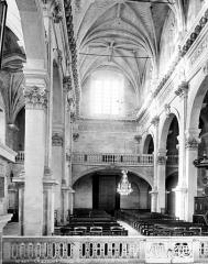 Collège - Chapelle : Vue intérieure de la nef vers l'entrée