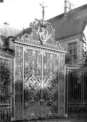 Ancien archevêché ou ancien palais archiépiscopal - Jardin : Ancienne grille provenant du choeur