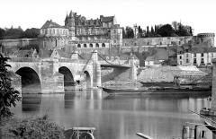 Château - Vue générale prise du nord avec la Loire et le pont
