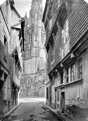 Eglise Saint-Martin - Façade ouest et clocher pris d'une rue