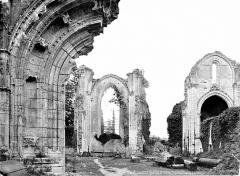 Ancienne abbaye Notre-Dame de la Couronne - Vue intérieure de la nef vers le chœur (ruines)