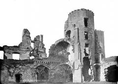 Château (ruines) - Tour et façade intérieure