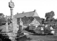 Chapelle Saint-Avé-d'en-Bas, dite aussi Notre-Dame-du-Loc - Calvaire et fontaine