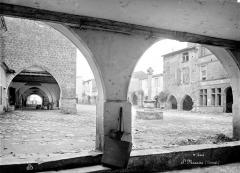 Maisons - Vue de la place du Marché avec ses galeries d'arcades