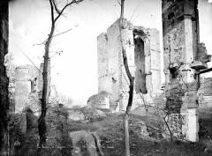 Château - Tour d'angle et tour du 12ème siècle dite Tour des Romains
