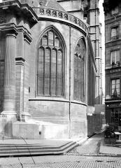 Eglise Saint-Gervais-Saint-Protais - Façade ouest : Fenêtre d'angle côté sud