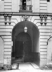Hôtel de Chenizot - Cour intérieure : Porche