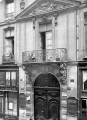 Hôtel de Chenizot - Façade sur rue : Porte et balcon la surplombant