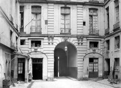 Hôtel de Chenizot - Cour intérieure : Façade avec porche d'entrée
