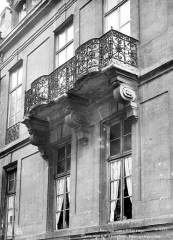 Hôtel de Lauzun ou Hôtel de Pimodan - Façade sur rue : Fenêtres et balcon