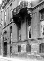 Hôtel de Lauzun ou Hôtel de Pimodan - Façade sur rue : Porte, fenêtres et balcon