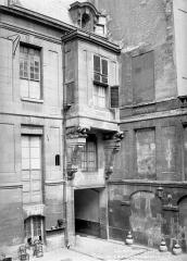 Hôtel de Lauzun ou Hôtel de Pimodan - Cour intérieure : Façade avec porche d'entrée