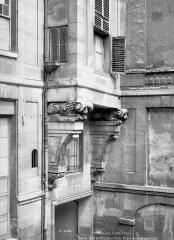 Hôtel de Lauzun ou Hôtel de Pimodan - Cour intérieure : Fenêtre en encorbellement au-dessus du porche d'entrée