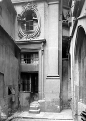 Immeuble - Cour intérieure : Porte d'escalier