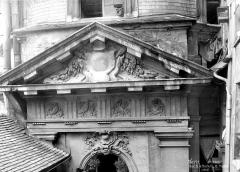 Immeuble - Cour intérieure : Fronton sculpté