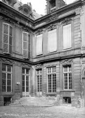 Hôtel d'Aumont - Cour intérieure : Angle de façade avec escalier d'entrée