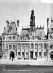 Hôtel de ville - Façade sur le parvis : Horloge et campanile
