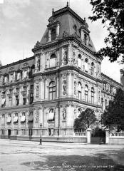 Hôtel de ville - Pavillon d'angle donnant sur quai