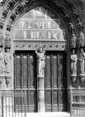 Eglise Saint-Laurent - Portail de la façade ouest : Porte et tympan peint