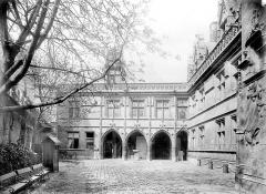 Ancien hôtel de Cluny et Palais des Thermes, actuellement Musée National du Moyen-Age - Cour d'entrée : Aile gauche
