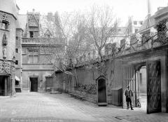 Ancien hôtel de Cluny et Palais des Thermes, actuellement Musée National du Moyen-Age - Cour d'entrée : Aile droite