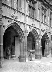 Ancien hôtel de Cluny et Palais des Thermes, actuellement Musée National du Moyen-Age - Cour d'entrée : Galerie de l'aile gauche