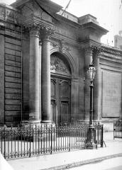 Anciens hôtels de Rohan et Soubise, actuellement Archives Nationales - Hôtel de Soubise. Façade sur la rue des Francs-Bourgeois : Entrée monumentale