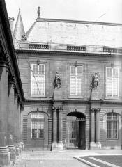 Anciens hôtels de Rohan et Soubise, actuellement Archives Nationales - Hôtel de Soubise. Cour d'honneur : Façade principale (partie gauche)