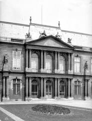 Anciens hôtels de Rohan et Soubise, actuellement Archives Nationales - Hôtel de Soubise. Cour d'honneur : Façade principale (partie centrale)