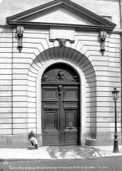 Maison dite aussi Hôtel d'Ecquevilly ou du Grand Veneur - Façade sur rue : Porte