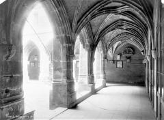 Temple des Billettes (ancien couvent des Carmes-Billettes) - Cloître : Vue intérieure d'une galerie