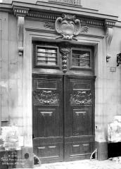 Hôtel - Façade sur rue : Porte