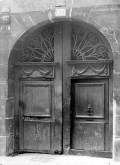 Ancien hôtel - Façade sur rue : Porte