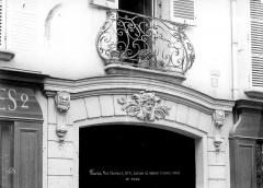 Maison - Façade sur rue : Balcon Louis XIV et linteau de porte