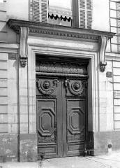 Immeuble - Façade sur rue : Porte