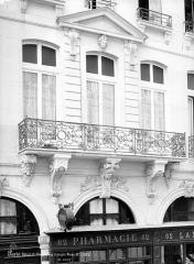 Hôtel du Président Hénault (ou Hainault) de Cantorbe - Façade sur rue : Fenêtre du 1er étage