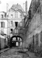 Hôtel - Pavillon à arcades : Façade donnant sur le passage