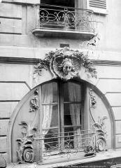 Immeuble - Façade sur rue : Fenêtre